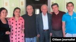 Мамадали Махмудов (третий слева) после освобождения из тюрьмы вместе с членами семьи и поэтом Шукруллой.