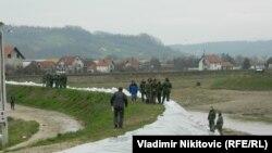 Vojska pomaže u ojačavanju bedema na Čemernici