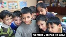 Copii roma la școala din Otaci