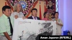 Кыргыз-кытай сүрөтчүлөрүнүн жолугушуусу. Бишкек, 24-август, 2012.