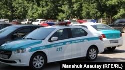 Автомобили полиции в центре города. Алматы, 18 июля 2016 года.