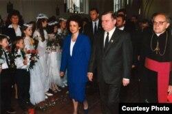 Лех Валэнса з жонкай Данутай і кардынал Казімер Сьвёнтэк