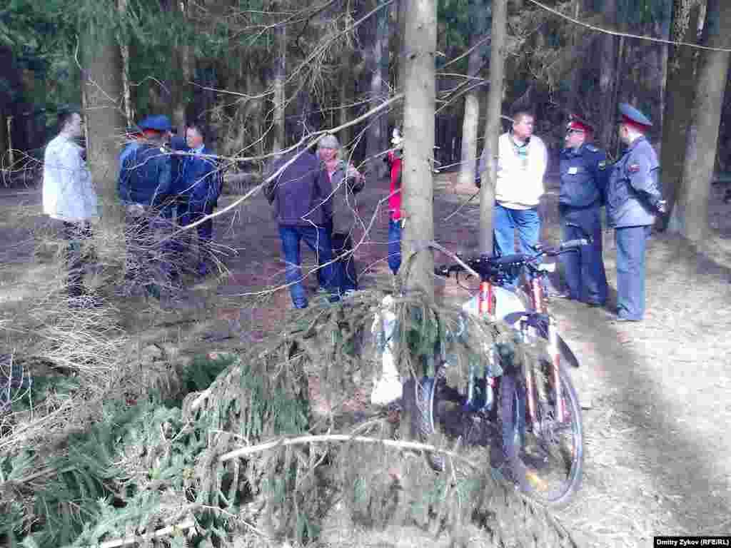 Полицейские и эшники тусуются у экологического лагеря
