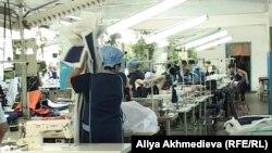 Женщины заключенные работают в швейном цеху. Июнь 2012 года.