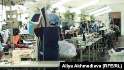 Женщины-заключенные работают в швейном цехе, июнь 2012 года.