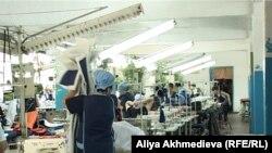 Заключенные одной из казахстанских женских тюрем работают в швейном цехе. Иллюстративное фото.