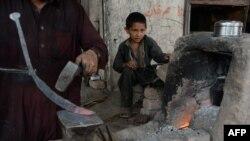 Афганський хлопчик працює в кузні на околиці Джалалабада, Афганістан, літо 2016 року