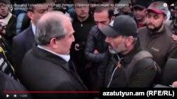 Президент Вірменії Армен Сарґсян (ліворуч) розмовляє з лідером опозиційного руху Ніколом Пашіняном на мітингу на площі Республіки в Єревані, 21 квітня 2018 рjre
