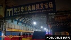 Deňiz önümleriniň lomaý söwdasyny edýän ýapyk Huanan bazary. Wuhan, 2020-nji ýylyň 8-nji ýanwary.