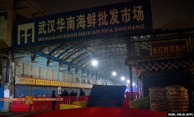 """Вход на территорию рынка """"Хуанань"""". 11 января 2020 года. Фотография сделана до закрытия рынка"""