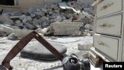 Алеппо көшелерінің бірінде жатқан улы газдан қорғанатын тұмылдырық, Сирия (Көрнекі сурет).