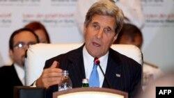 """Американскиот државен секретар Џон Кери зборува на состанокот на претставниците на групата """"Пријатели на Сирија"""" во главниот град на Катар, Доха."""