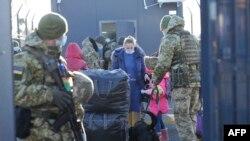 Украински войници проверяват преминаващи през граничен пункт в района на Луганск (илюстративна снимка)
