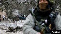 Український військовослужбовець біля залишків ракетного снаряду. Краматорськ, 10 лютого 2015 року