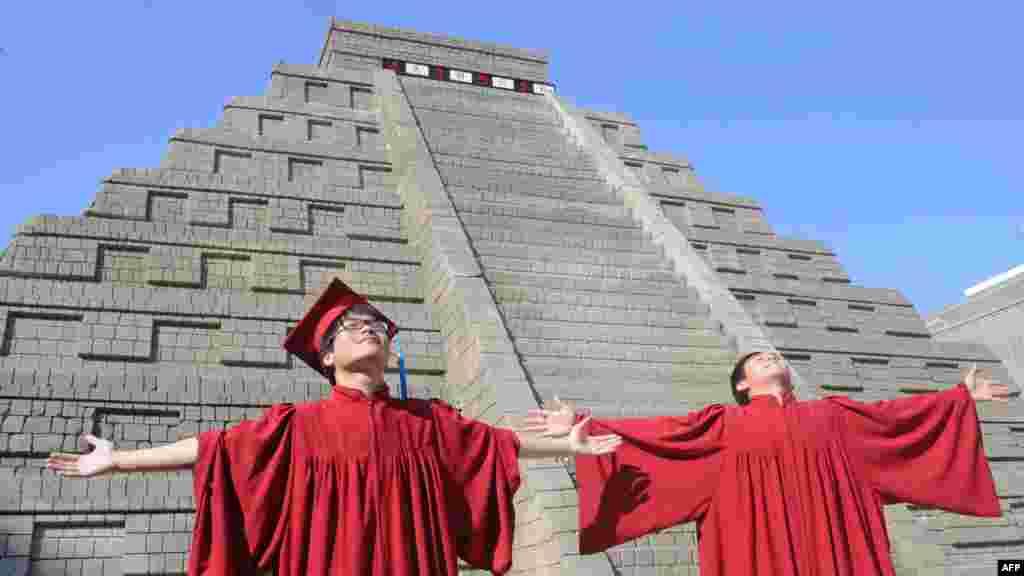 Tajvan - Studenti proslavljaju diplomski ispred replike piramide Maja, 21. decembar 2012. Foto: AFP / Sam Yeh
