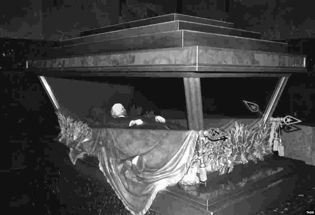 Lenin's embalmed body on display in 1993.