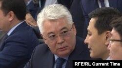 Министр оборонной и аэрокосмической промышленности Казахстана Бейбит Атамкулов (слева).