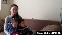 Айгерим с двумя маленькими детьми живет в темиртауском кризисном центре, который и сам сейчас нуждается в материальной помощи. Темиртау, 22 февраля 2018 года.
