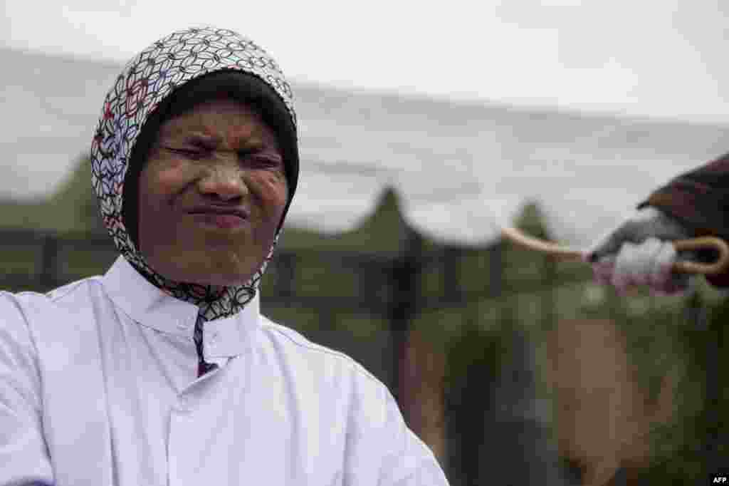 На фото женщина, которую приговорили к порке за сутенерство