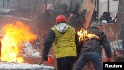 Демонстранты укрываются от атаки полицейских за горящим автобусом, Киев, 22 января 2014թ․