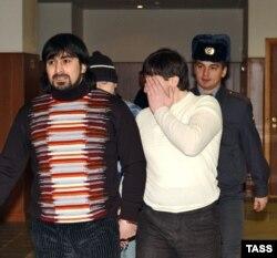 Обвиняемые в убийстве Пола Хлебникова идут под конвоем в зал суда