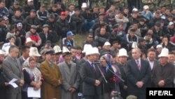 """7-апрелде окко учкандардын сөөгүн жерге берүү учурунан. Бишкек, """"Ата-Бейит"""", 2010-жылдын 10-апрели."""