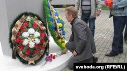 Віталь Рымашэўскі ўскладае кветкі