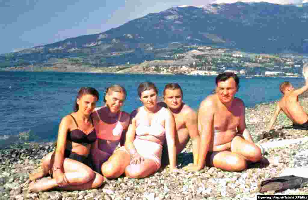 ILLUSTRATION – archive photos of the rest of unknown people on the southern coast of Crimea