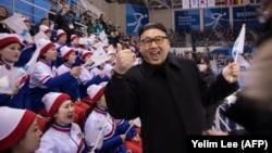 Болеть по-северокорейски: как девушки из Пхеньяна поддерживают атлетов на Олимпиаде