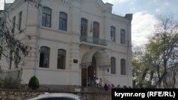 Дети заходят на занятия в севастопольскую школу №3