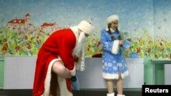 Актеры в костюме Деда Мороза и Снегурочки готовятся к выступлению в детском саду (архивное фото)