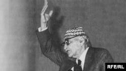 الشاعر العراقي محمد مهدي الجواهري عام 1958 في إحدى الأحتفالات الشعبية.