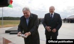 У сьнежні 2015 году Гуцарыеў і Лукашэнка ўрачыста заклалі капсулу ў гранітны памятны знак у гонар заснаваньня новага калійнага камбінату ў Любанскім раёне.