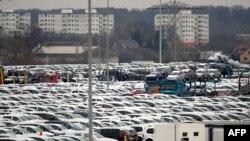 """Парковка на заводе """"Фольксвагена"""" в Вольфсбурге."""