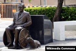 Американцы впервые увидели Франклина Рузвельта в инвалидном кресле только в виде памятника, установленного в Сан-Хуане, Пуэрто-Рико. Автор скульптуры – Сальвадор Ривера Кардона. У ног Рузвельта – его любимая собака, шотландский терьер Фала © Harvey Barrison