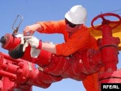 Рабочий на нефтяной платформе в Каспийском море. Туркменистан. Иллюстративное фото.