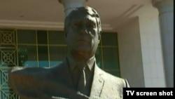 Статуя Мяликгулы Бердымухамедова в селе Ызгант под Ашхабадом