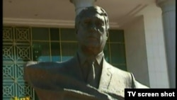 Yzgant obasyndaky Medeniýet köşgünde prezidentiň kakasyna goýlan ýadygärlik. 20-nji oktýabr, 2012