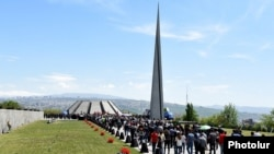 Armenia - People march to the Tsitsernakabert memorial in Yerevan to mark the 101st anniversary of the Armenian genocide, 24Apr2016.