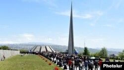 Тысячи человек пришли к мемориалу памяти резни армян в Османской империи