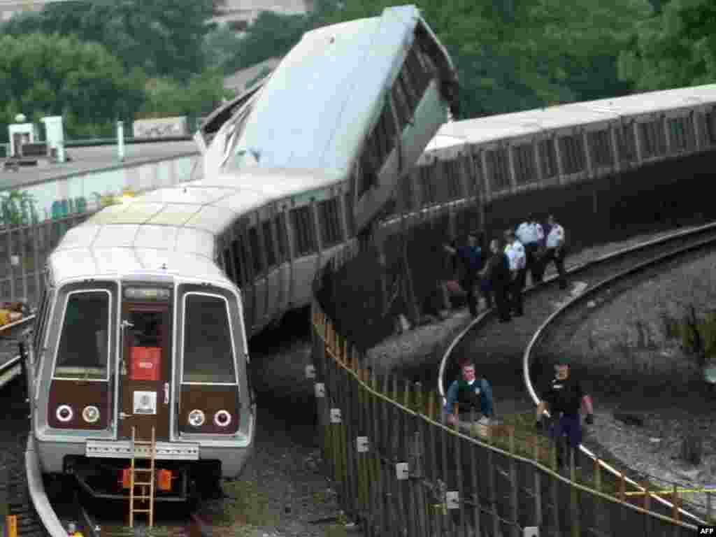 Шесть человек погибли и по меньшей мере 76 получили ранения при столкновении двух поездов в вашингтонском метро