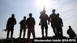 Сотрудники сил безопасности Афганистана во время операции против боевиков в афганской провинции Нангархар. Район Мохманд Дара, 9 января 2019 года.