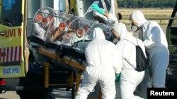 Гішпанскага сьвятара, хворага на Эболу, зьмяшчаюць у машыну хуткай дапамогі па прылёце