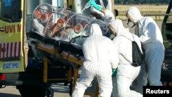 Իսպանիա - Բուժաշխատողները տեղափոխում են էբոլայով վարակված հոգևորական Միգել Պախարեսին, Մադրիդ, 7-ը օգոստոսի, 2014թ․