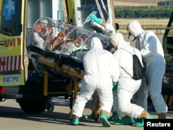 Гішпанскія лекары транспартуюць пацыента з Эболай, архіўнае фота