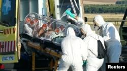 Испаниялық дәрігерлер Либериядан Эбола вирусын жұқтырып келген әріптестерін әкетіп барады. Мадрид, 7 тамыз 2014 жыл.