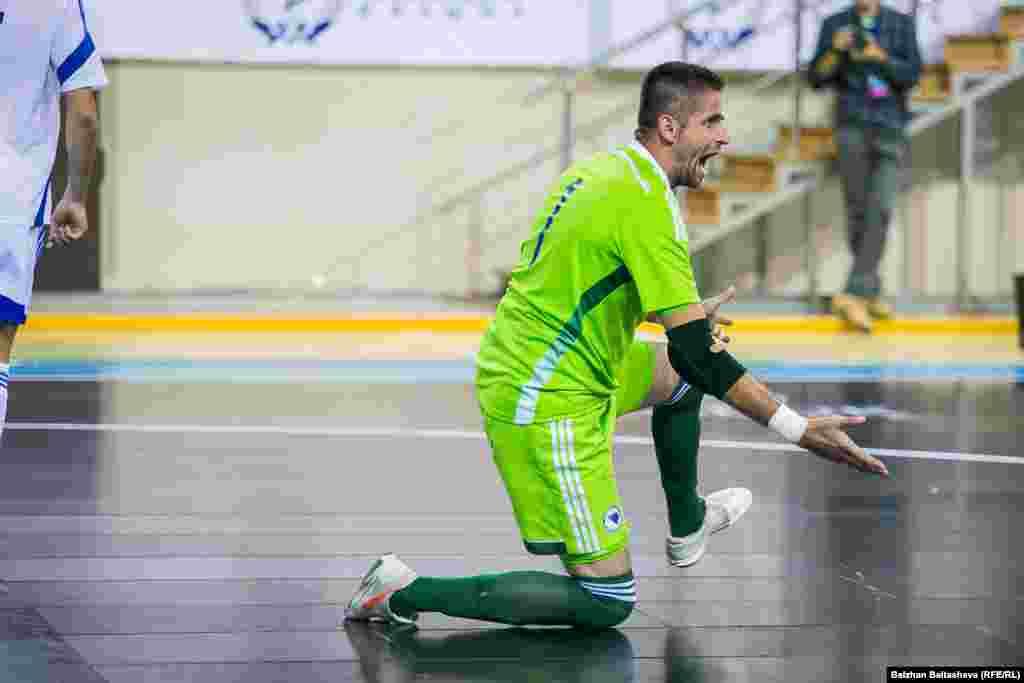 Голкипер боснийской сборной Бахрудин Омербегович после пропущенного мяча. Команда из Боснии и Герцеговины пока не выигрывала путевок на чемпионат Европы. В этот раз она потеряла шанс на участие, проиграв Казахстану.