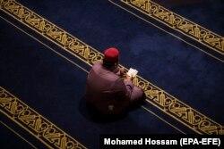EGIPT - Un bărbat citește Coranul la moscheea Al Azhar din Cairo - 12 mai 2019