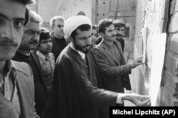Мулла і базаарі Тегерана читають послання аятоли Хомейні на стіні мечеті. Грудень 1978 року
