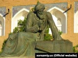 Музей олдига қўйилган Ал-Хоразмий ҳайкали ҳозир кўчирилган.